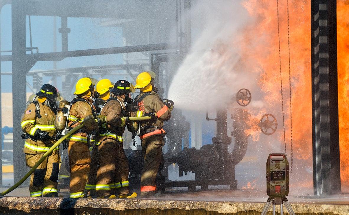 Pompiers sur un feu industriel avec le moniteur de zone G7 EXO-1